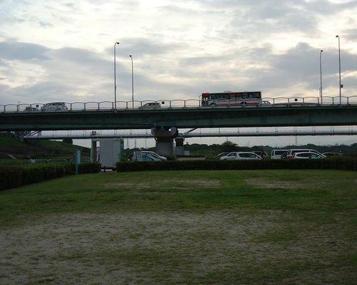 橋の上のバス